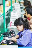 Operaio cinese femminile in fabbrica — Foto Stock