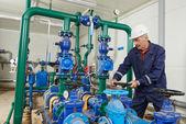Uppvärmning engineer reparatör i pannrummet — Stockfoto