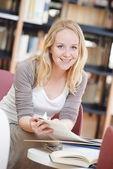 女性が図書館で本を読んで — ストック写真