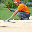 Carpenter works on roof — Stock Photo