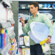 Young father shopping — Stockfoto