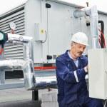 Kıdemli yetişkin elektrikçi mühendis işçi — Stok fotoğraf
