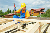 Roofer works on roof — Stock Photo