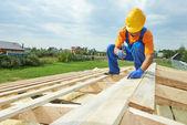Charpentier couvreur travaille sur le toit — Photo