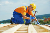 Roofer carpenter works on roof — Stock Photo