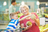 Adult woman with child shopping fruits — Stock Photo