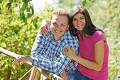 Jeune couple en plein air — Photo