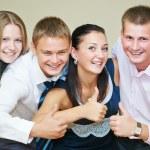 jovem sorrindo povos polegar acima — Fotografia Stock  #32086245