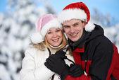 Lyckliga familjen paret på vintern — Stockfoto