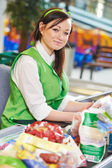 Shopping. Cashdesk worker in supermarket — Photo