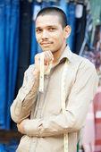 年轻的印度裁缝的男人 — 图库照片