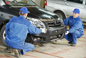 Auto mechanic repair car body — Stock Photo