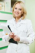 药店药房化验师的女人 — 图库照片