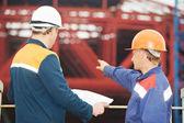 Construtores de engenheiros no canteiro de obras — Foto Stock
