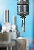Close-up processo di filettatura metallo — Foto Stock