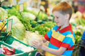 Child shopping at supermarket — Stock Photo