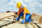 Roofer carpenter works on roof — Stock Photo