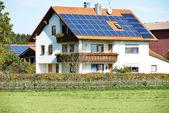 Energia alternativa - bateria solar — Fotografia Stock