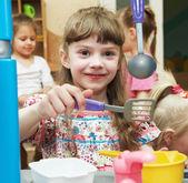 女孩玩的玩具厨房 — 图库照片