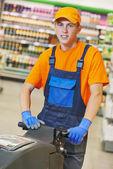 Werknemer winkel verdieping met machine reinigen — Stockfoto
