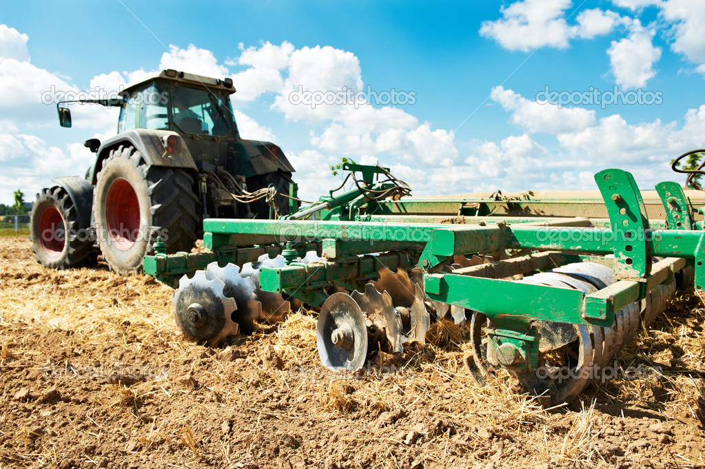 Resultado de imagem para trator a lavrar a terra