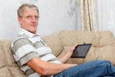 Пожилой человек, связанных с электронной вкладку на Интернет — Стоковое фото