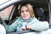Glada blonda hår kvinna sitter i landfordon och titta på kameran — Stockfoto