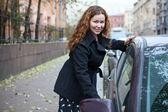 卷发女人打开车门 — 图库照片