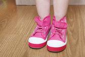 Chaussures enfants rose sur debout les jambes de l'étage — Photo