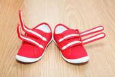 Fel fot skor stående på golvet — Stockfoto