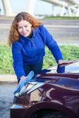 魅力的な女の子が彼女の車のクリーニング — ストック写真