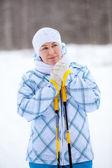 温暖化美容白人女性冬スキーポールと手を凍結 — ストック写真
