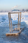 Handlauf aus holz für eintauchen in eiswasser loch für die taufe in sankt-petersburg, russland — Stockfoto