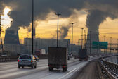 SAINT-PETERSBURG City ringway with cars and air pollution from heat electric generation plant in Saint-Petersburg — Foto Stock