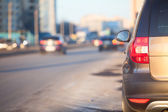Coche de pasajeros, estacionamiento en las vías urbanas de acera. copyspace — Foto de Stock