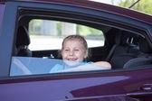 Felice sorridente ragazza caucasica seduto all'interno della vettura — Foto Stock