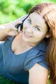 Mladá žena mluví na telefonu — Stock fotografie