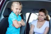 Kavkazská dívka nemá zájem na upevnění dětské autosedačky v autě — Stock fotografie