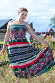 Mooie brunette poseren in sundress in een veld — Stockfoto