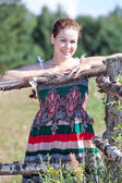 Ragazza sorridente felice del villaggio in grembiule — Foto Stock