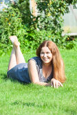 Donna sdraiata sull'erba — Foto Stock