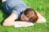 Donna addormentata leggendo il libro — Foto Stock