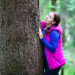 Woman hugging a big tree in forest — Stockfoto