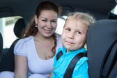 Mother with small daughter in a car — Foto Stock