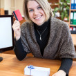 Wombuying gift with credit card — Stock Photo #40509109