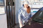 Donna rifornimento auto — Foto Stock
