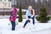 Family making snowman — Stockfoto