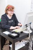 Senior donna al lavoro — Foto Stock