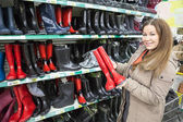Mulher comprando watertights — Fotografia Stock