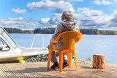 Woman relaxing at lake — Stock fotografie